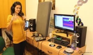Petronela pri nahrávaní cover piesní